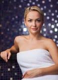 Härligt sammanträde för ung kvinna i badlakan Royaltyfria Bilder
