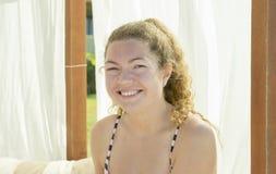 Härligt sammanträde för ung kvinna i en Cabana på stranden fotografering för bildbyråer