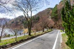 Härligt scenary av den Kawaguchiko lakesiden på den Momiju tunnelen Fotografering för Bildbyråer