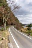 Härligt scenary av den Kawaguchiko lakesiden på den Momiju tunnelen Arkivbilder
