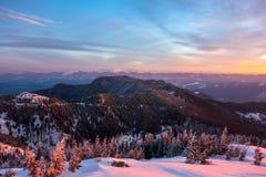 Härligt scenary av Fagaras berg under soluppgång, sett från monteringen Cozia royaltyfri fotografi