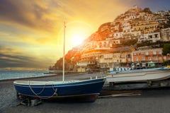 Härligt sceniskt av den södra Italien för positanostrandsorrento stad rackarungen Royaltyfria Bilder