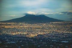 Härligt sceniskt av vulkan vesuvius som är sydlig av Italien Fotografering för Bildbyråer