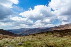 Härligt sceniskt berglandskap med moln mot horisonten i Wicklow berg Irland arkivfoto