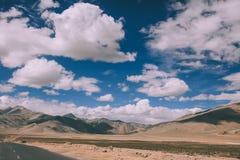härligt sceniskt berglandskap och tom väg i indiska Himalayas, Ladakh royaltyfri fotografi