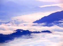 Härligt sceniskt dimmigt berglandskap Royaltyfri Foto