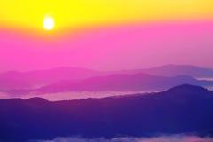 Härligt sceniskt dimmigt berglandskap Arkivfoto