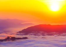 Härligt sceniskt dimmigt berglandskap Royaltyfri Fotografi