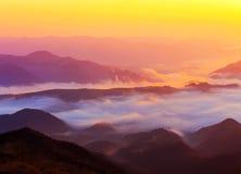 Härligt sceniskt dimmigt berglandskap Royaltyfria Foton