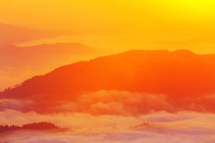 Härligt sceniskt dimmigt berglandskap Arkivfoton