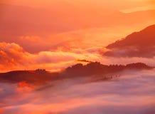 Härligt sceniskt dimmigt berglandskap Royaltyfri Bild
