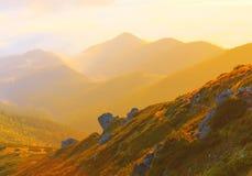 Härligt sceniskt dimmigt berglandskap Fotografering för Bildbyråer