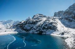 härligt sceniskt landskap med snöig berg och sjön, Nepal, Sagarmatha, arkivfoto