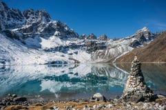härligt sceniskt landskap med snöig berg och sjön, Nepal, Sagarmatha, royaltyfri bild
