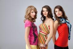härligt se tre unga kvinnor Royaltyfri Fotografi
