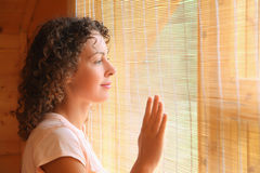 härligt se ut fönsterkvinnan Royaltyfri Bild