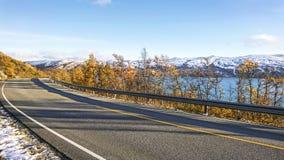 Härligt September landskap på de snöig kusterna av en lugna nordlig fjord i Norge royaltyfri foto