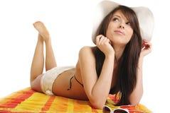 härligt sexigt bikiniflickaläggande Arkivfoto