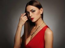 härligt sexigt kvinnabarn Bärande smycken för skönhetflicka Elegant dam i röd klänning Arkivfoto