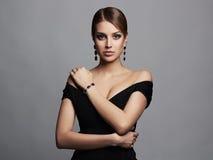härligt sexigt kvinnabarn Skönhetflicka i svart klänning och smycken Arkivfoton