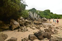 Härligt sidofoto med folk som besöker stranden av Gulpiyuri i rådet av Llanes Natur lopp, landskap, stränder fotografering för bildbyråer