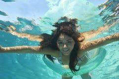 Härligt simma för kvinna som är undervattens- Royaltyfri Fotografi