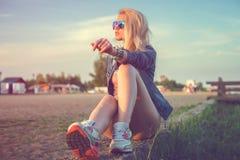 Härligt sitta för solglasögon för ung kvinna för mode royaltyfria foton
