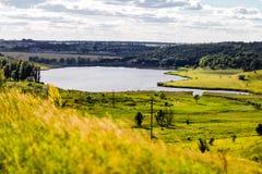 Härligt sjölandskap i ukrainsk bygd Sommarbackgr Royaltyfria Foton