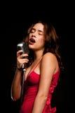 härligt sjunga för mikrofonsångare Royaltyfria Bilder