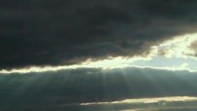 Härligt sken för landskapstrålsol till och med cloudsinsommarhimmel arkivfilmer