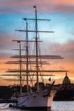 Härligt skepp i stockholm under solnedgång arkivfoto