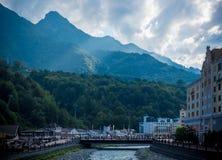 Härligt skott av en stadsbro med en skog och kullar i bakgrunden royaltyfri fotografi
