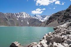 Härligt skott av steniga berg och kullar bredvid en sjö royaltyfri bild