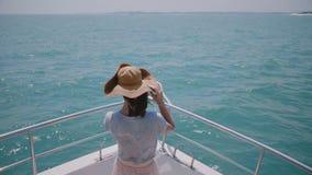 Härligt skott för ultrarapidbaksidasikt av det lyckliga turist- kvinnaanseendet på framdel för yachtfartygnäsa under solig havskr lager videofilmer