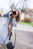Härligt skytte för för flickapressfotograf som eller turist ser Arkivfoto