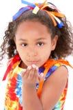 härligt slå matris den unga tien för flickakyssdräkten Arkivbild