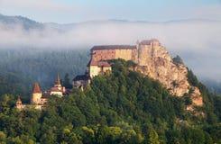 Härligt Slovakien slott på soluppgången royaltyfria bilder