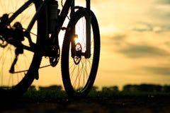 Härligt slut upp plats av cykeln på solnedgången, Arkivfoton