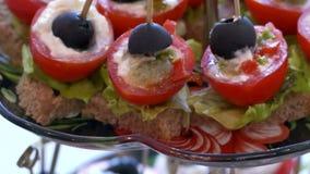 Härligt smakligt mål för tomatmellanmåltabell lager videofilmer