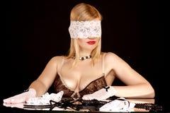 härligt snöra åt maskeringskvinnan Arkivbild