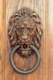 Härligt snidit dörrhandtag i form av ett lejon royaltyfria bilder