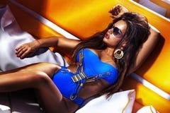 Härligt solbada för brunettflicka royaltyfri bild