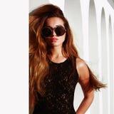 härligt solglasögonkvinnabarn Fotografering för Bildbyråer