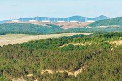 Härligt soligt landskap av utlöpare för Kaukasus berg med industriell infrastruktur av det olje- transportföretaget Fotografering för Bildbyråer