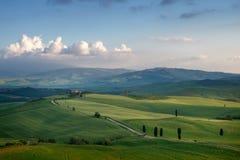Härligt soligt morgonlandskap i Tuscany, Italien arkivbild