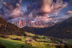 Härligt solnedgånglandskap från södra Tyrol fjällängar Arkivfoton