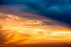 Härligt solnedgångmoln i himlen Arkivfoto