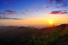 Härligt solnedgångnaturlandskap på berget i det Mae Hong Son landskapet Thailand Royaltyfri Foto