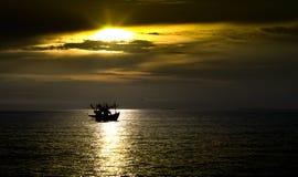 Härligt solnedgångsken till fartyget som svävar på havet i sommartid Arkivbild