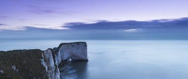 Härligt soluppgånglandskap över gamla Harry Rocks i Dorset royaltyfria bilder